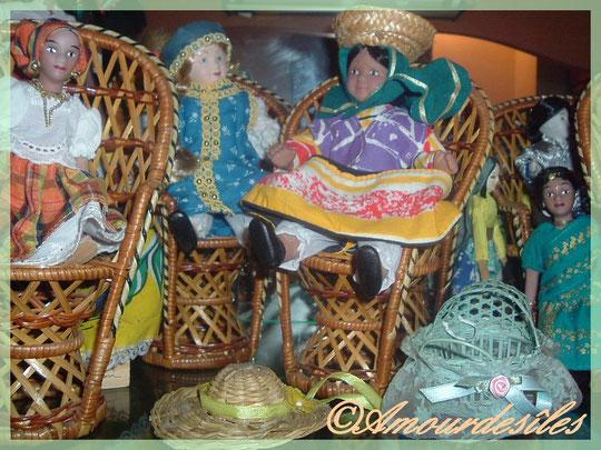Une poupée créole à gauche, une Russe au milieu, une Maya et une Indienne avec des capelines