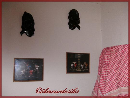 Vue d'ensemble des têtes d'ébène homme et femme et les tableaux