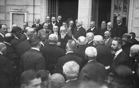 Les personnalités devant la mairie