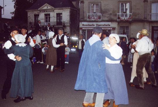 Les Danseux du Nais sur la place Jehan d'Alluye, en 2002