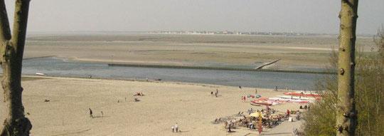 La plage, les pirogues et la Buvette de la Plage, vu des tours Guillaume, situées sur les hauteurs de la vieille ville.