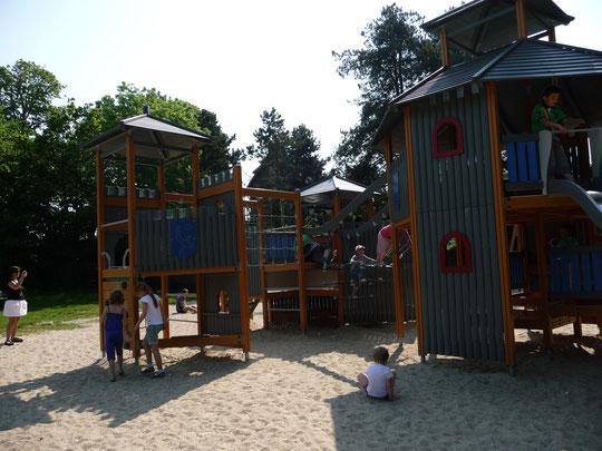 Le parc de jeux pour enfant situé à côté de la base nautique.