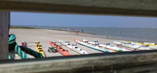 Les pirogues sur la plage à côté de la base nautique.