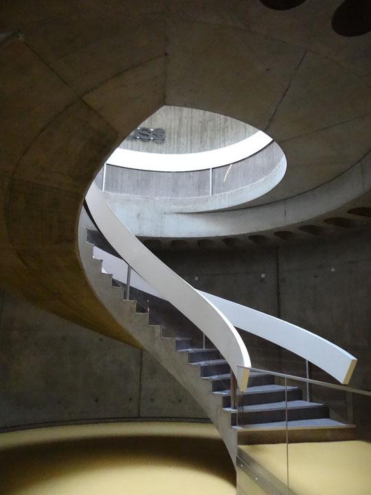 l'escalier pour accéder à la riche collection du musée