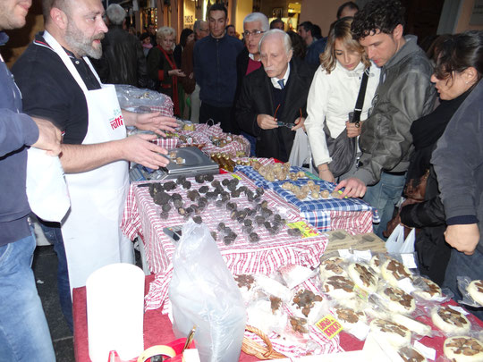 Sur le stand devant sa boutique Ellio Ratti, fournisseur officiel d'Annie