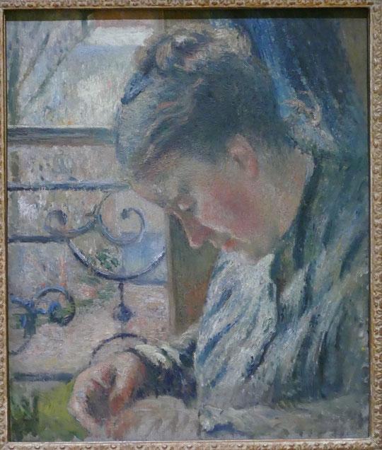 Camille Pissarro : Julie Pissarro cousant à côté d'une fenêtre, 1877