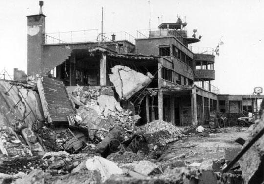L'aérogare de Bron détruit par le bombardement du 14 août 1944
