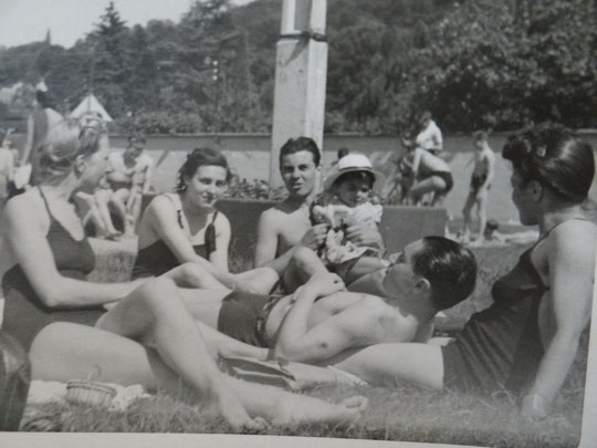 """Photo communiquée par Francine B. prise à """"Lyon plage"""" sans doute l'été 1940 ; allongé Roland, à droite Rose, en face Odette Alexandre, l'enfant est Arlette qui a environ 10 mois."""