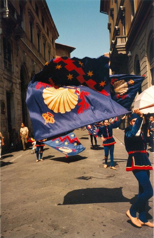 Palio, été 1996, les associations des quartiers défilent, défient les autres quartiers, les insultent, les menacent...