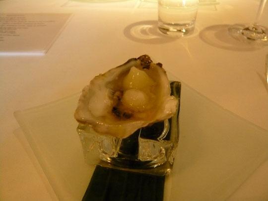 une huître avec des perles de glace