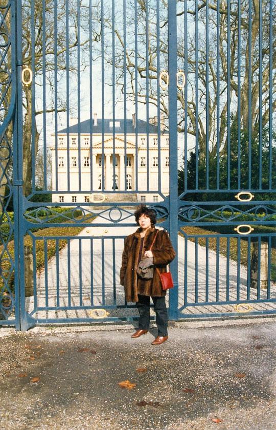 Annie devant les grilles de Château Margaux (1993)