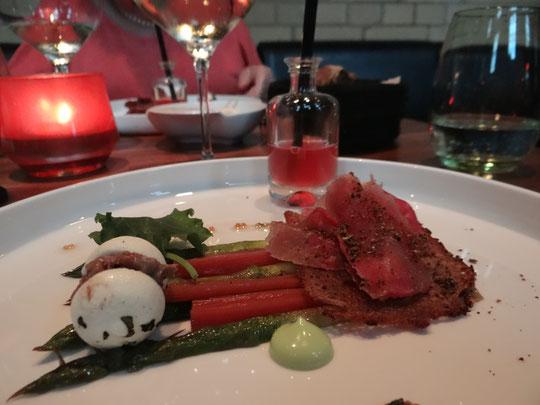 Jambon, épaule d'agneau, asperges, rhubarbe et livèche