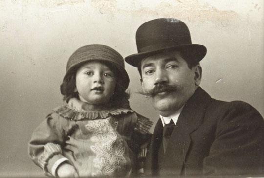 Roland dans les bras de Moïse son père. La photo doit dater de 1912.