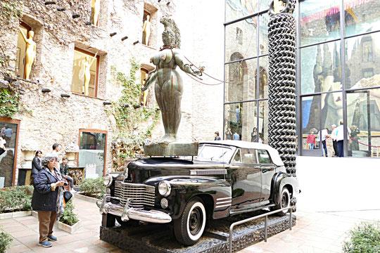 la Cadillac pluvieuse, avec figure de proue pulpeuse