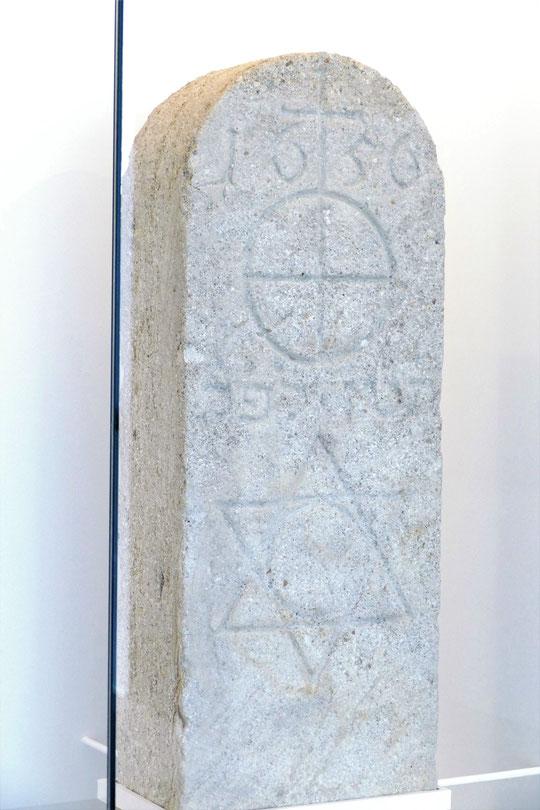 Stèle marquant l'entrée du ghetto créé vers 1640