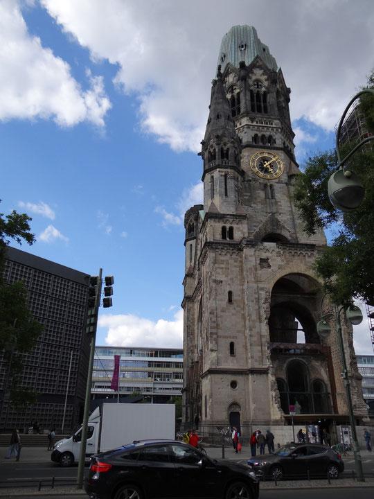 Le clocher ancien de l'église du souvenir de l'Empereur Guillaume, avec à gauche l'église moderne...