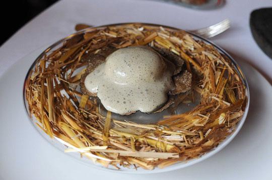 son plat emblématique, l'œuf pourri à la truffe