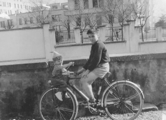 1959, sur mon vélo avec Henry Lippmann sur le porte bagage
