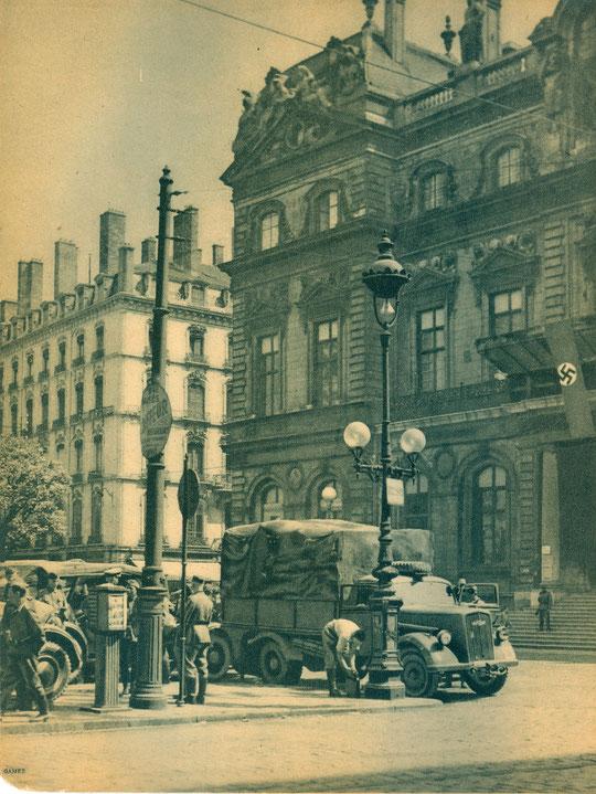 Croix gammée au balcon de l'Hôtel de ville, Lyon juin 1940, photo André Gamet