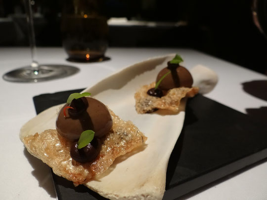 En deux assiettes, Foie mexicain au chocolat, oreilles et côtelettes de porc et baies rouges