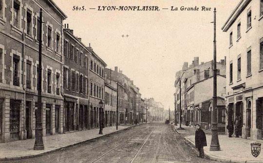 La Grande rue de Monplaisir, vers 1900, à gauche après l'entrée de l'immeuble ce qui sera les Chaussures Roland (photo communiquée par Gisèle Chapiron CIL-Monplaisir)
