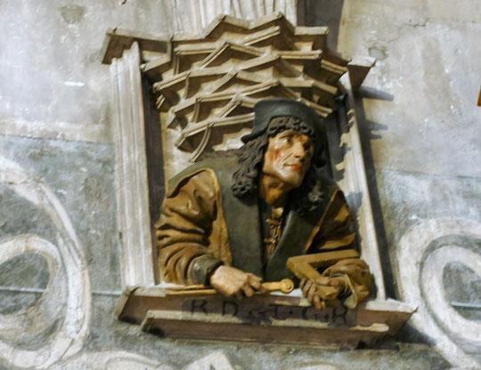 dans la cathédrale un ouvrier avec son équerre et son compas