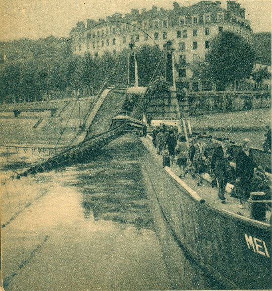 Pont Kitchener avec une péniche comme passerelle