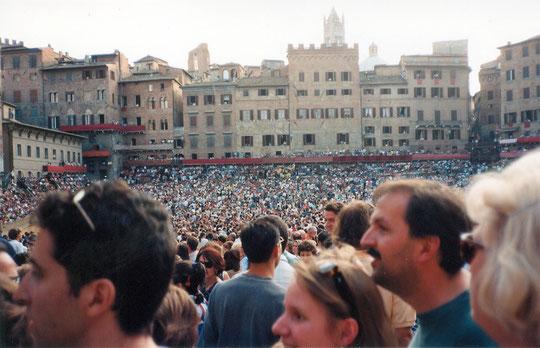 Sur la piazza del Campo pour le Palio (1996)