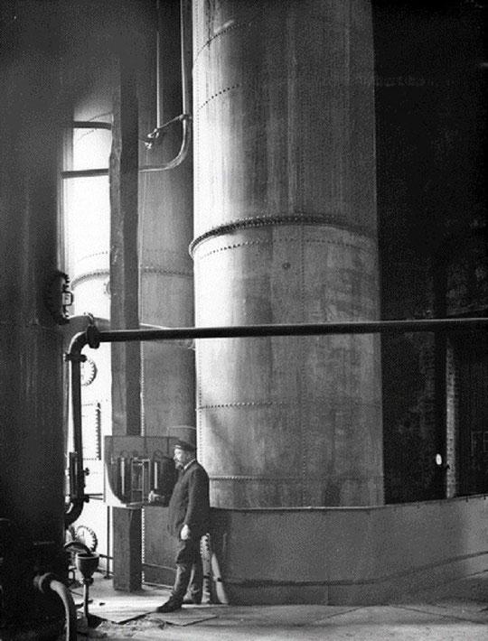 Dans une usine chimique. Cette industrie s'est développée dans le sillage de la teinture sur soie et a permis la fabrication de textiles artificiels.