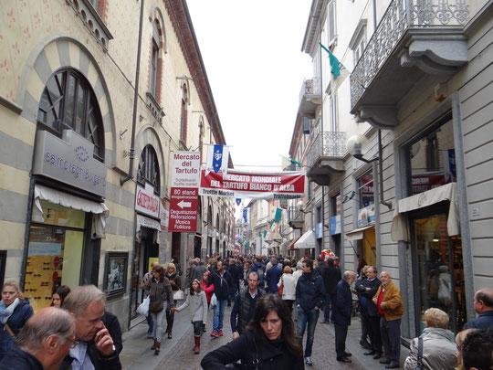 La via Vittorio Emanuele, dite via maestra, pendant la Foire à la truffe blanche d'Alba, en octobre 2014