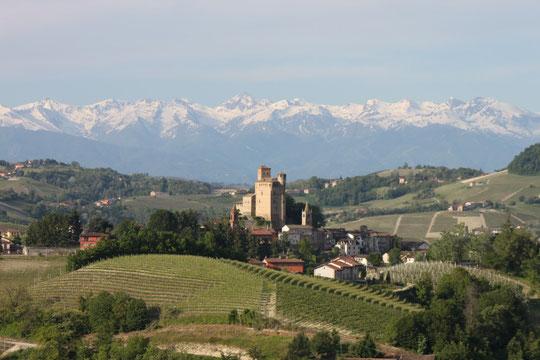 Le village et le château de Barolo, et derrière les Alpes