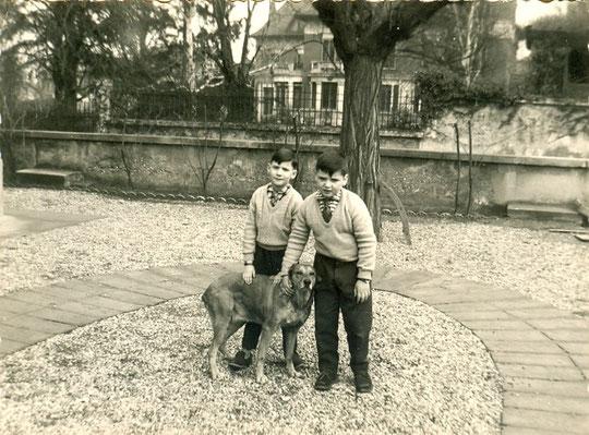 Dans le jardin avec mon frère et notre chienne, derrière on aperçoit la villa Berliet (1956)