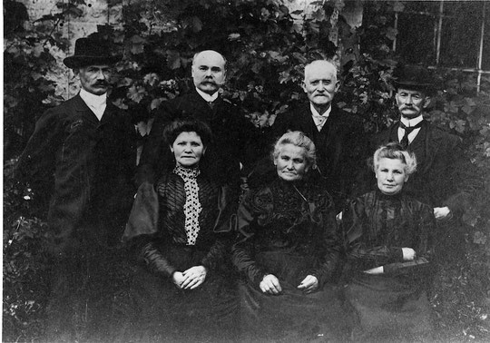 Ensemble, Ève Elise, Emélie, Adèle et derrière au milieu Henri Paul et Isaac Kahn.