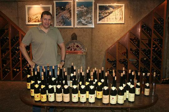 Olivier Humbrecht et un échantillon de ses vins