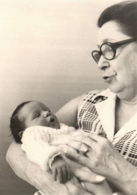 Jacqueline avec Alexandra, sa petite-fille
