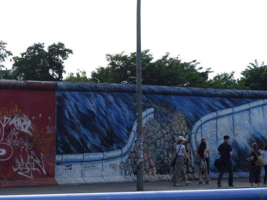 le mur sur quelques centaines de mètres sur Mühlenstrasse au bord de la Spree (photo Annie Bentolila-Flacsu)
