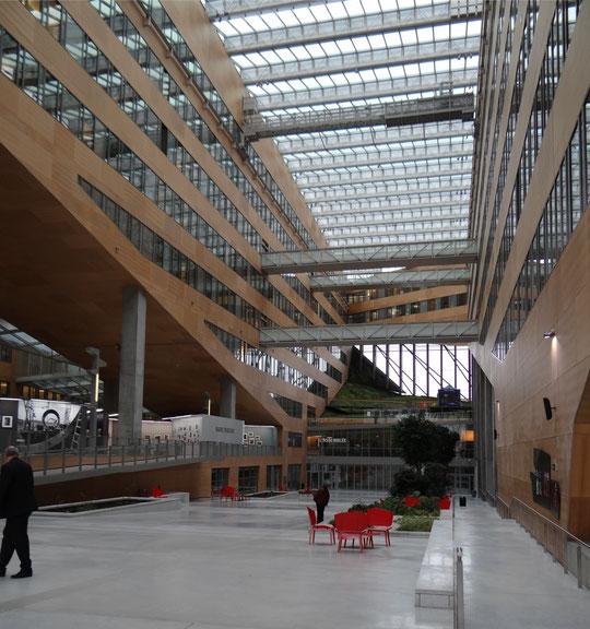 Dans l'Hôtel de la Région conçu par Christian de Portzamparc. On aperçoit à gauche l'entrée de l'exposition.