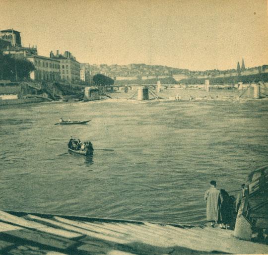 Les Allemands ont détruit les ponts; il faut traverser la Saône en barque...