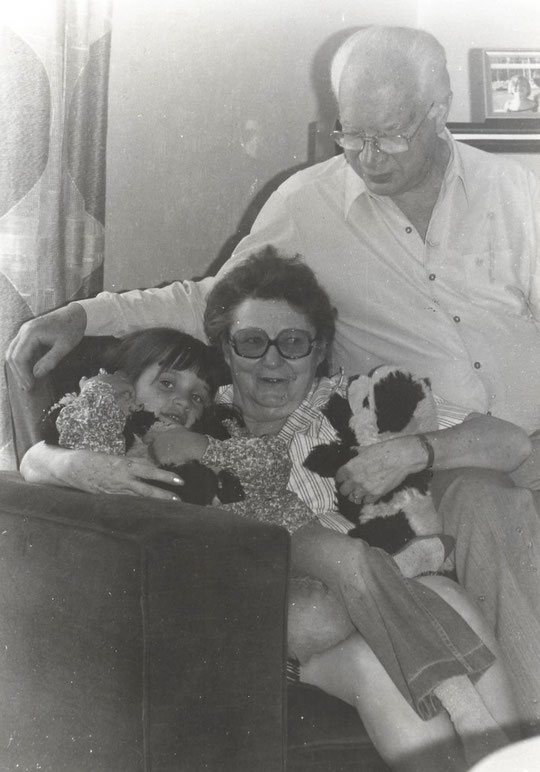 1979, Alexandra avec ses grands-parents
