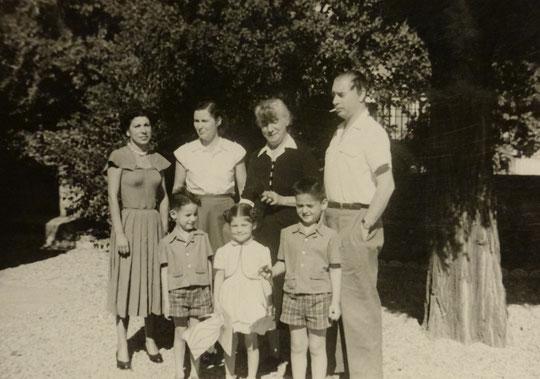 Une autre photo prise par Robert : (de gauche à droite) Régine, ma mère, ma grand-mère, mon père et les enfants mon frère, Nicole et moi. C'était chez mes parents vers 1953...