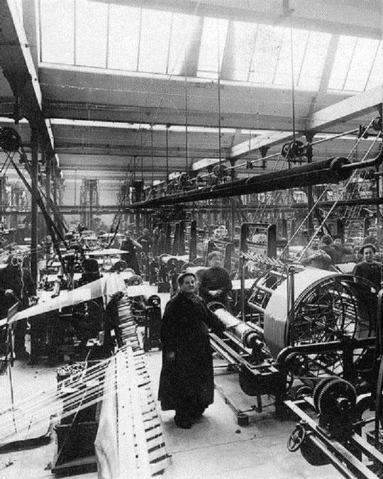 Chaîne d'ourdissage dans les années 20. Au cours du xixe siècle, le travail de la soie est passé à l'échelle industrielle