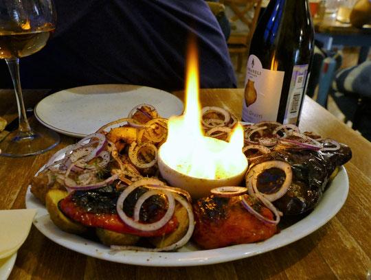 un plat de viandes et légumes grillés, côtelettes d'agneau, saucisses, aubergines, poivrons...