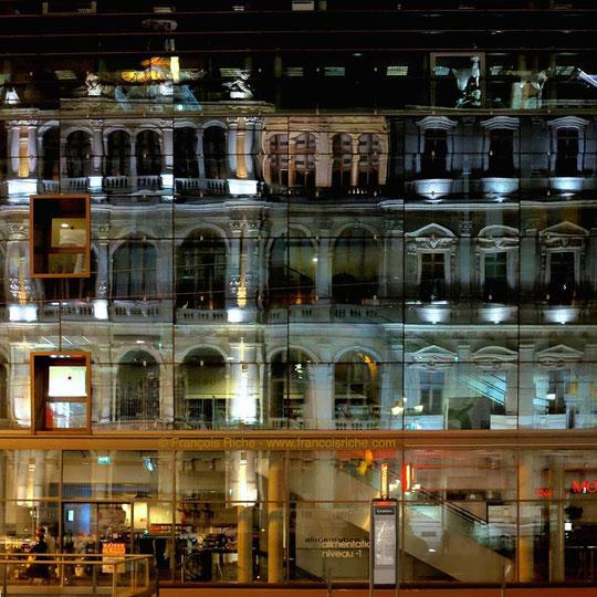 Aux Cordeliers, reflets de la Chambre de commerce dans la façade Monoprix