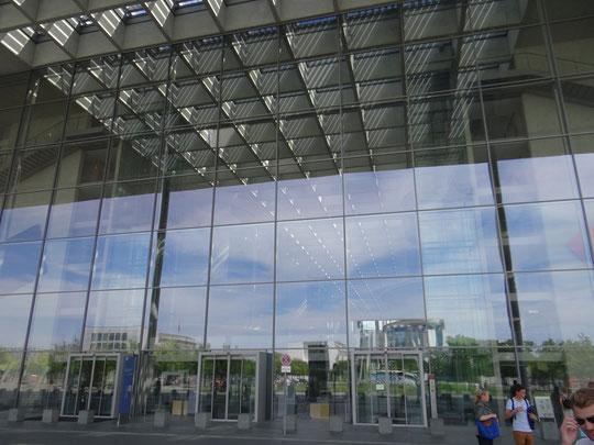 L'entrée de la maison Paul Löbe, du Bundestag, dans laquelle se reflète la Chancellerie