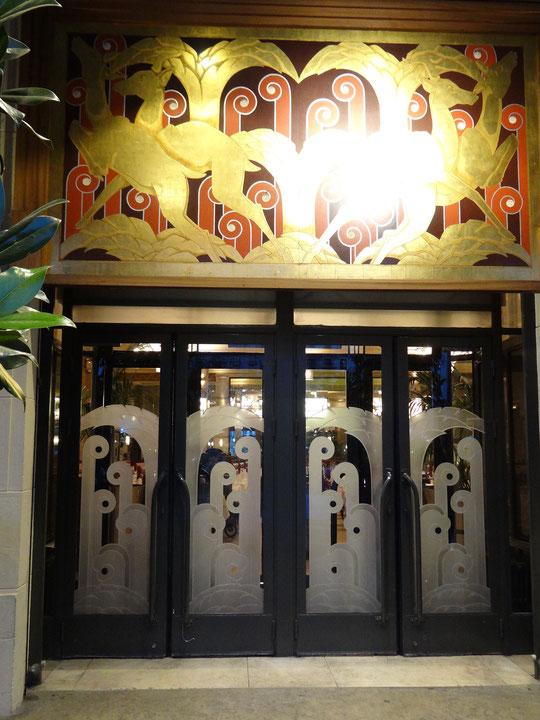 """L'entrée """"art déco"""" de la Brasserie Georges"""