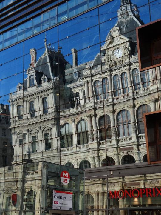 la Chambre de commerce se mire dans la façade de Monoprix aux Cordeliers