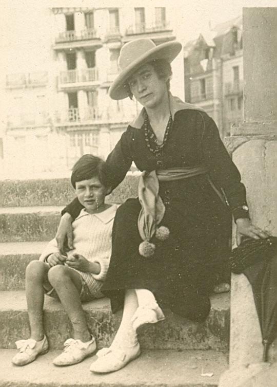 Roland avec Georgette, sa mère vers 1918