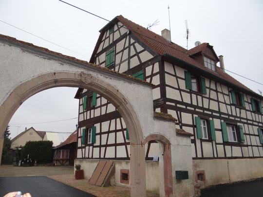 une belle maison de Grussenheim avec une inscription sur le porche