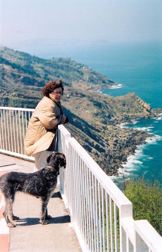 Annie avec Ona sur une terrasse dominant la mer à Donostia