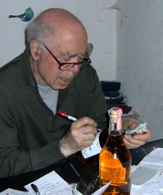 Romano Levi dans son bureau-capharnaüm prépare les bouteilles de ses clients